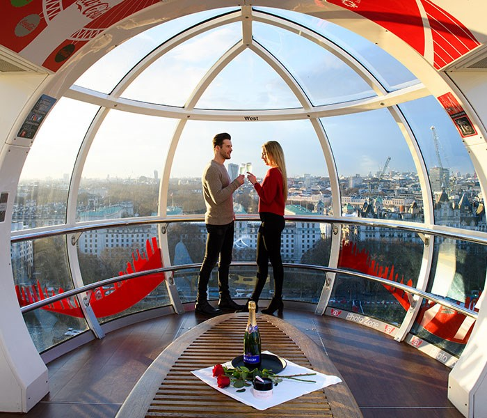 London Eye couple on pod